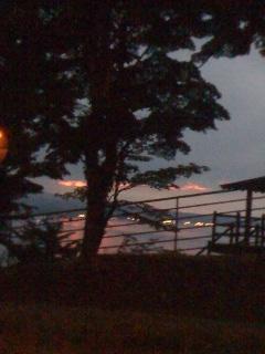 湖と夕焼けと優しい雨